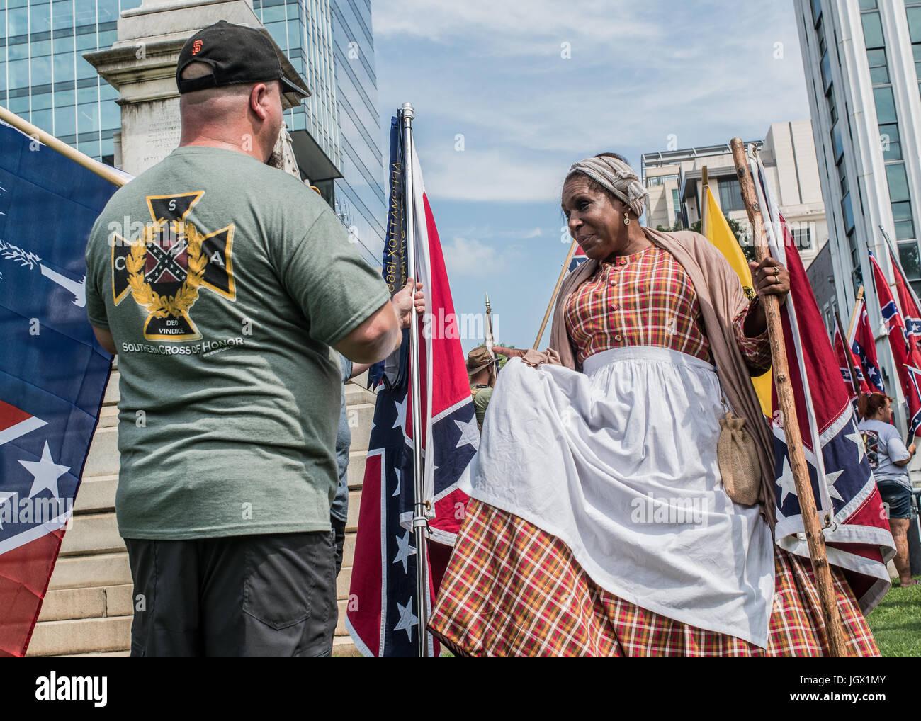 Colombia, Carolina del Sur, EE.UU.. 10 Jul, 2017. Celebrity Confederacy negro partidario Arlene Barnum, de Stuart, Foto de stock