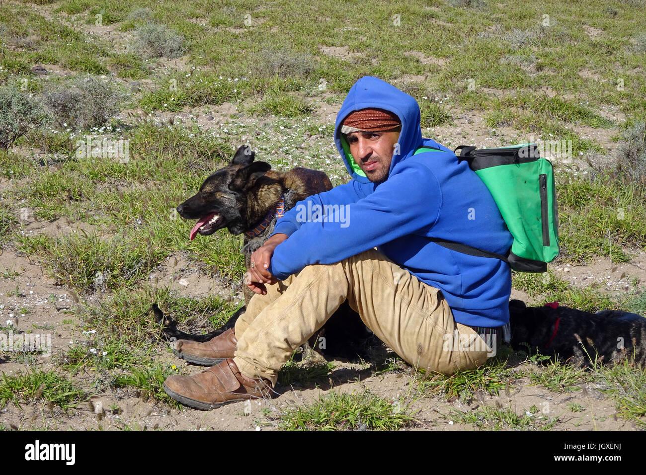 Mit ziegenhirte hirtenhunden wacht ueber sena ziegenherde, caleta de Famara, Lanzarote, KANARISCHE INSELN, Europa | herder de cabra con los perros pastores Foto de stock