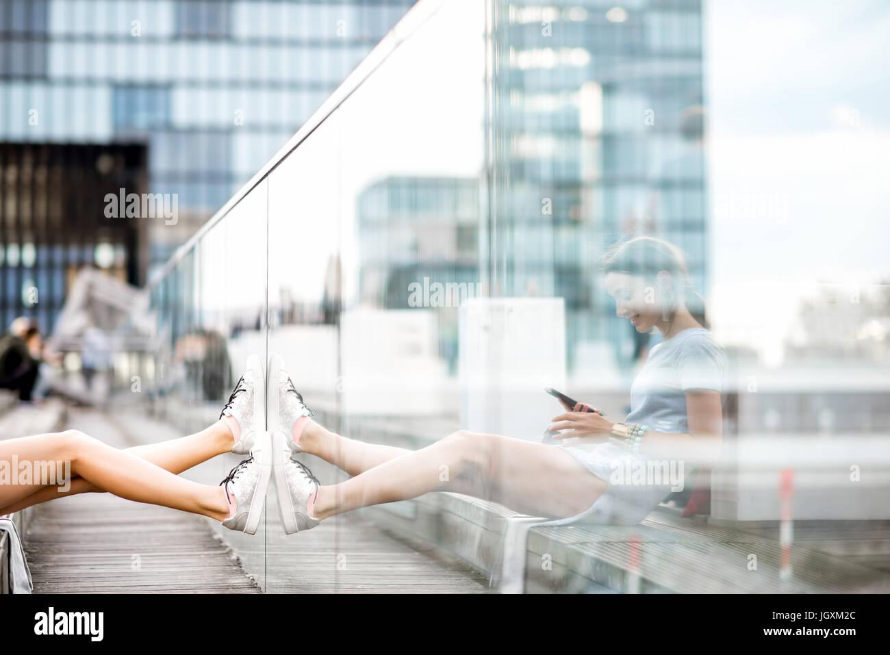 Estilo de vida retrato de una mujer de negocios en el exterior Imagen De Stock
