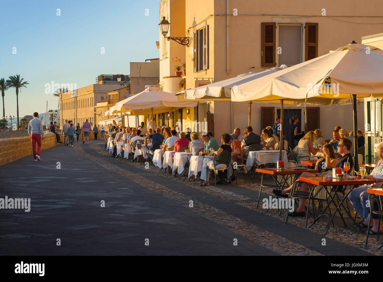 Alghero Cerdeña paseo, al atardecer los turistas Cene en ...