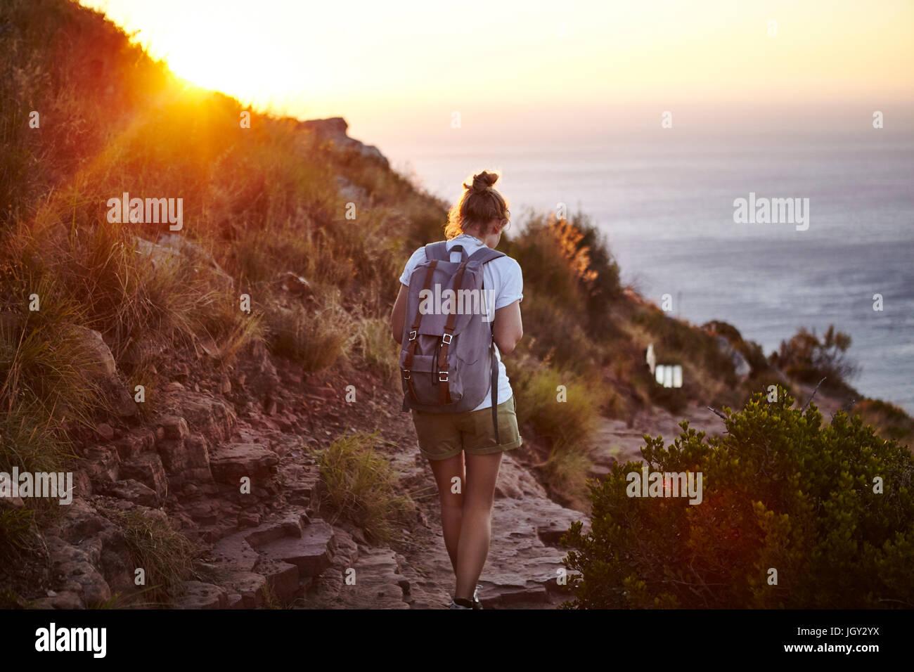 Mujer joven senderismo, vista trasera, Lions Head Mountain, Western Cape, Ciudad del Cabo, Sudáfrica Imagen De Stock