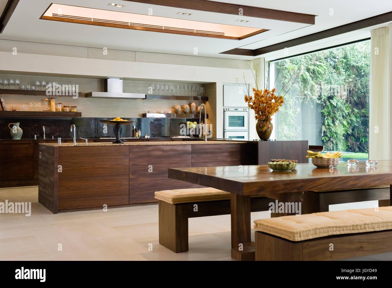 Mesa de comedor de madera y bancos de cocina Foto & Imagen De Stock ...