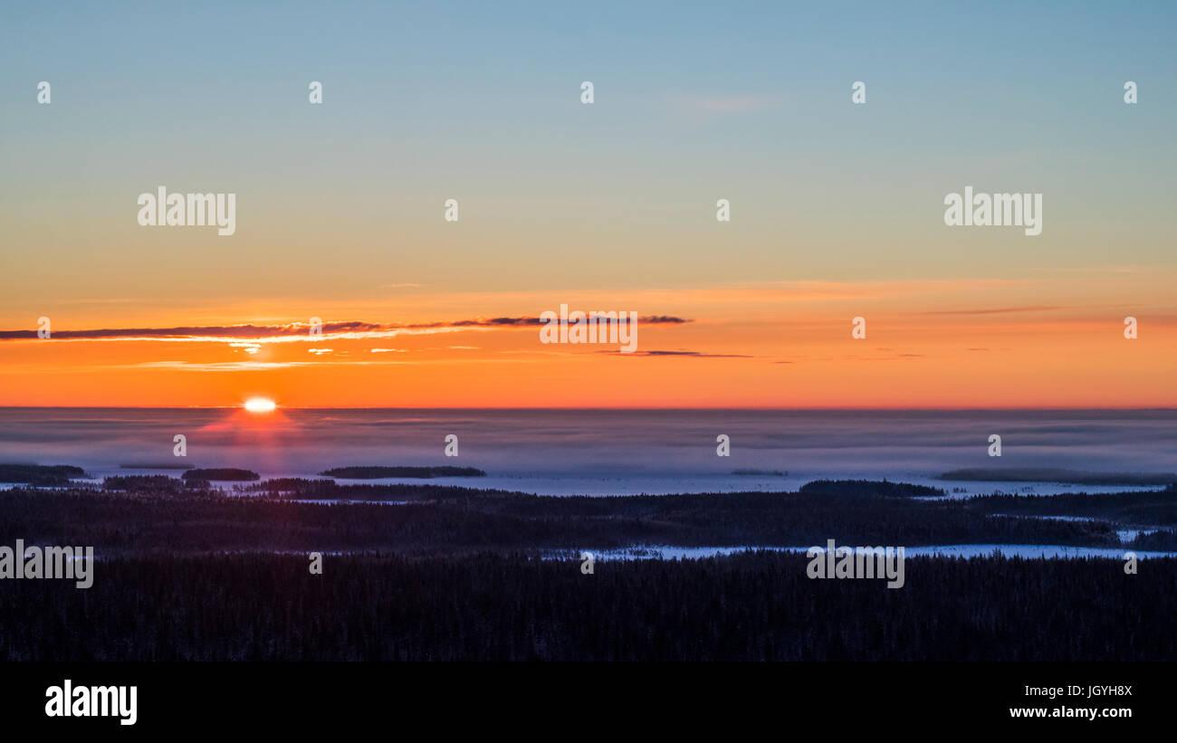 Amanecer de invierno en Finlandia Foto de stock