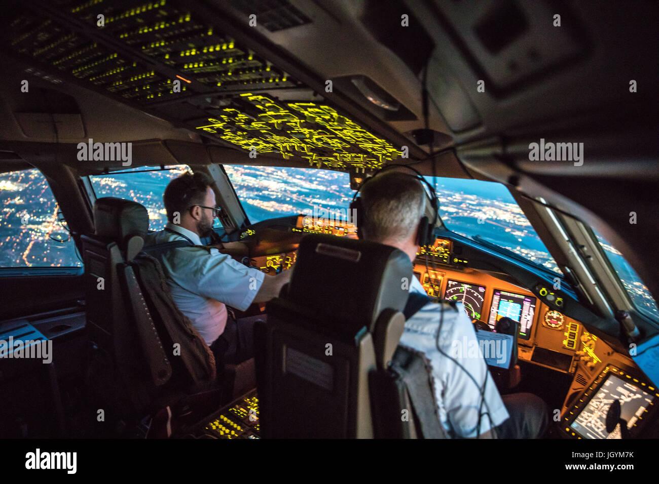 Dos pilotos saliendo del Aeropuerto Dallas Fort Worth. Gestión de Recursos de Tripulación teniendo lugar, ambos trabajando juntos. En el fondo las partes de Dallas Foto de stock