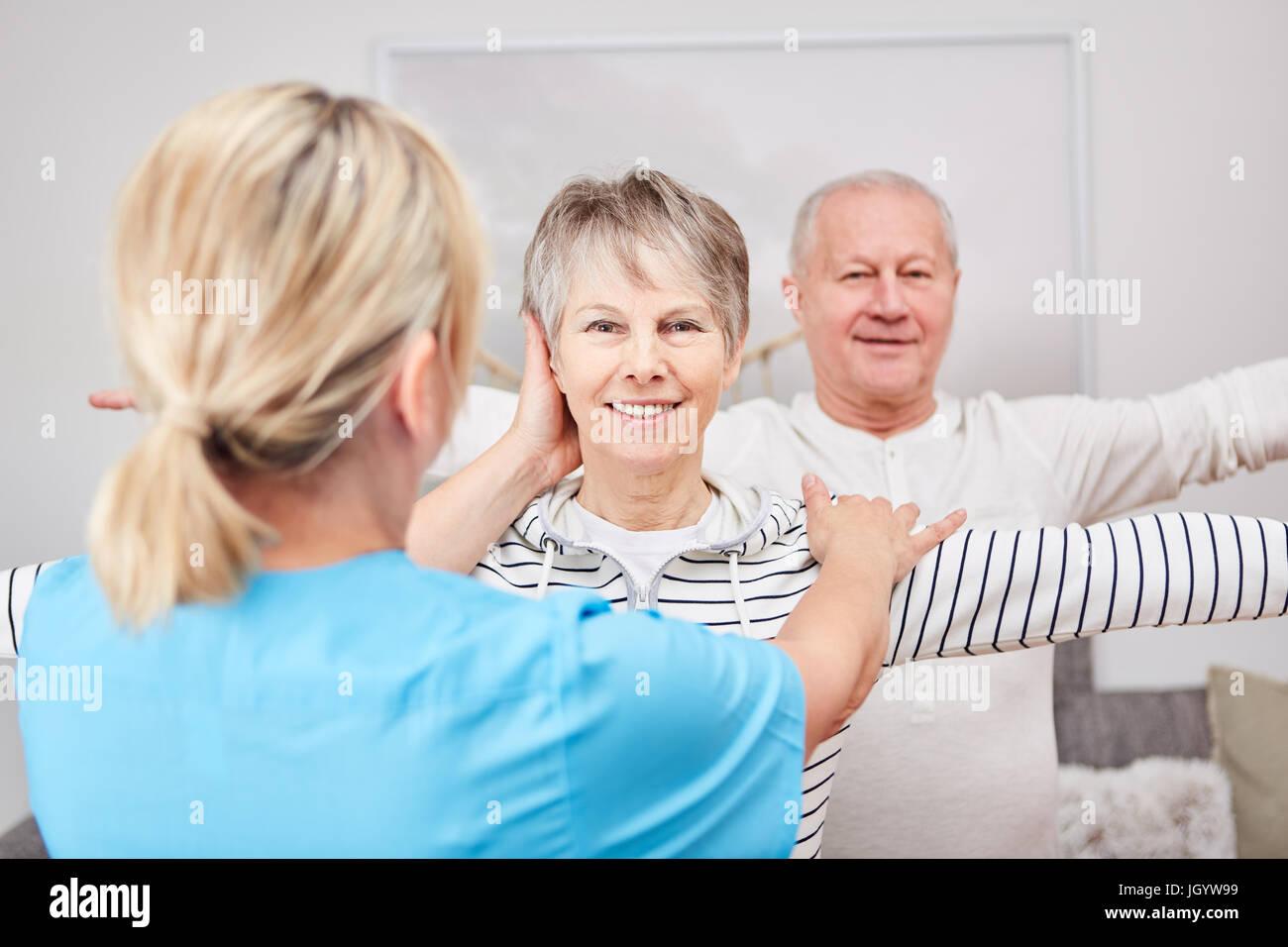 Los ancianos haciendo ejercicio de terapia ocupacional en la rehabilitación Imagen De Stock