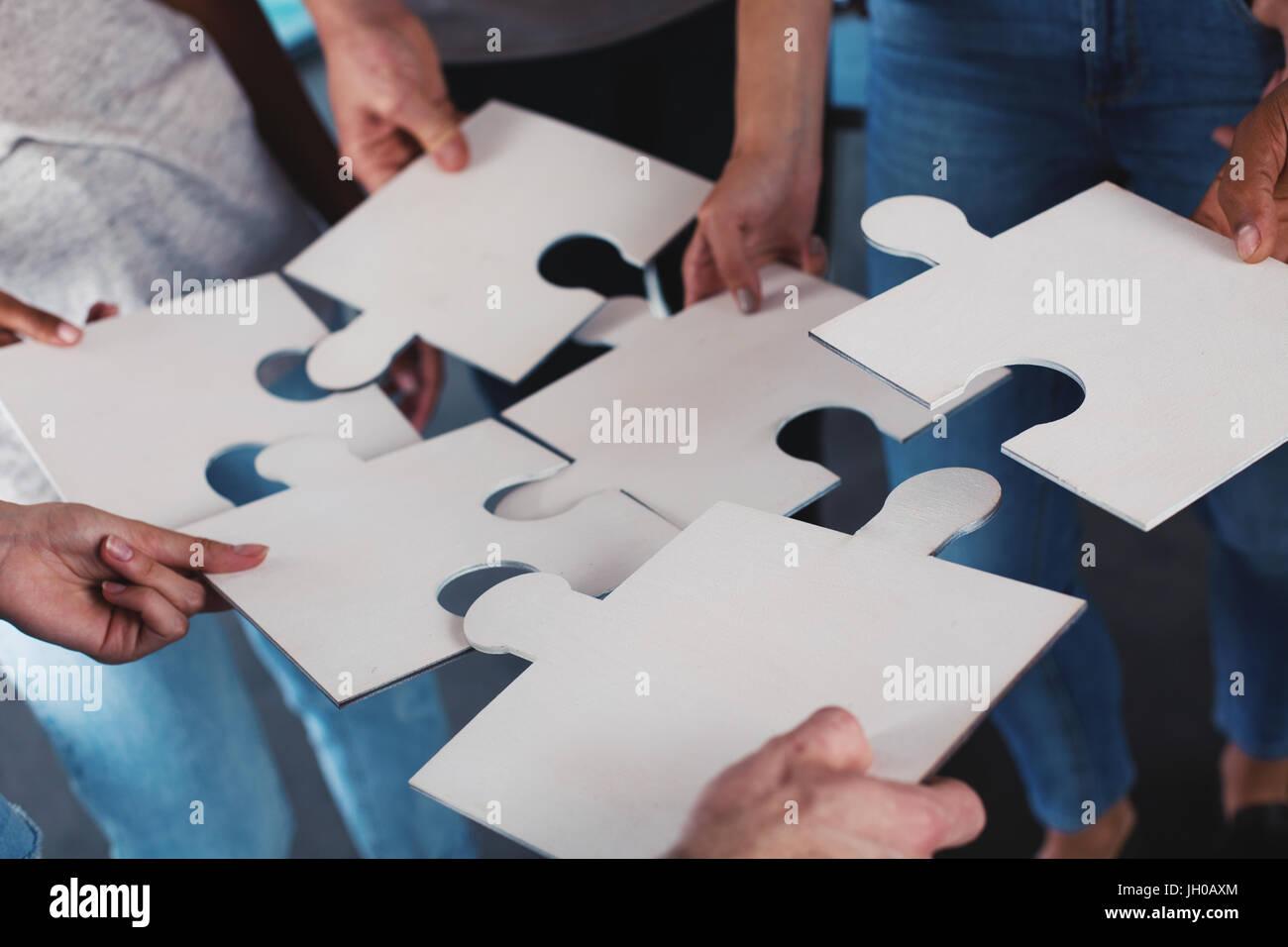 Equipo de empresarios trabajar juntos por una meta. Concepto de unidad y colaboración Imagen De Stock
