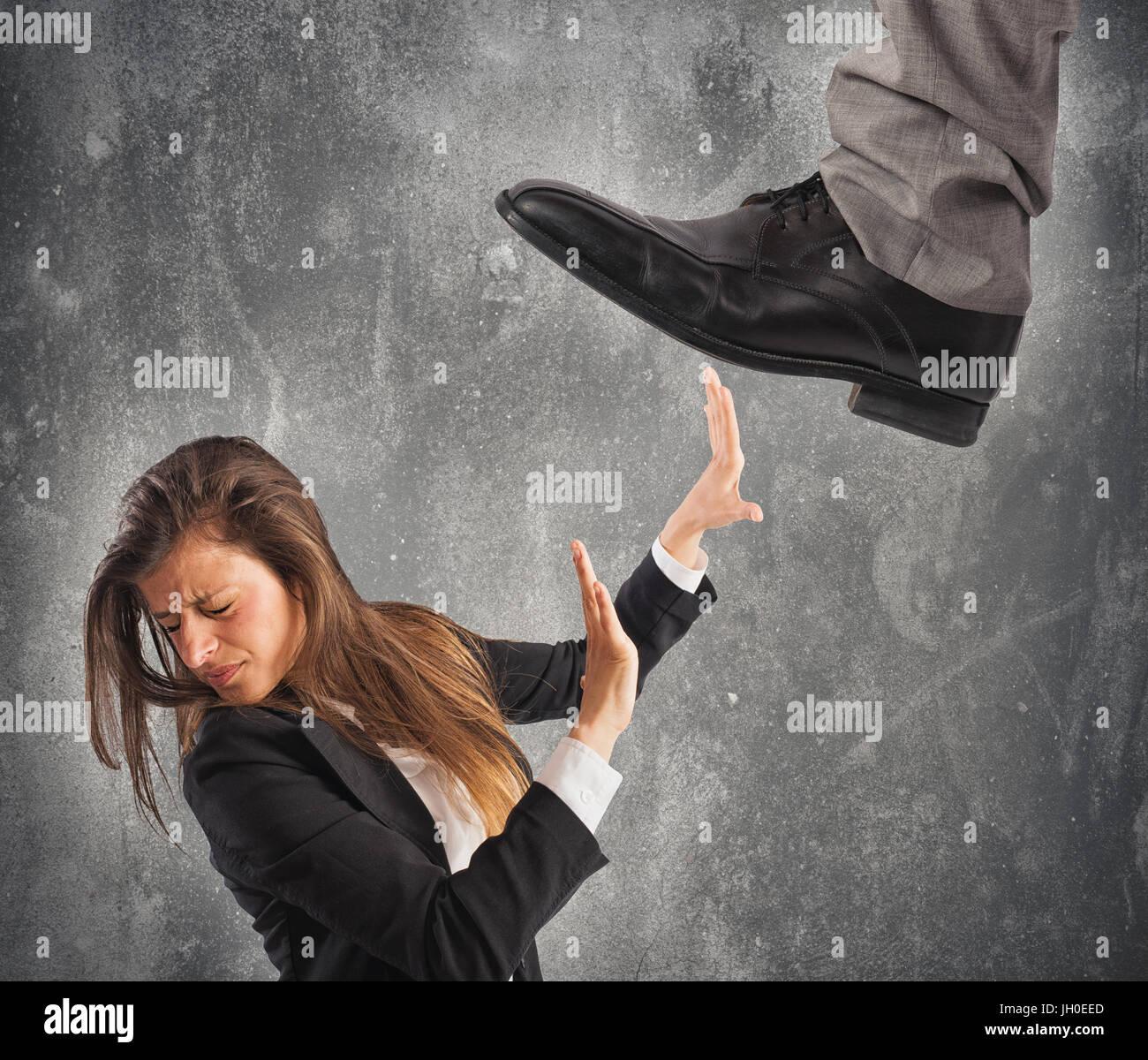 Jefe agresiva con el empleado. El concepto de exceso de trabajo y mobbing Imagen De Stock