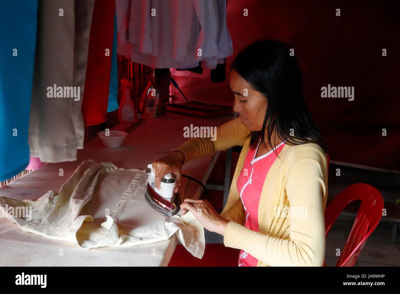 El programa Phare Ponleu Selpak circo. Etapa de planchado empleado trajes. Camboya. Imagen De Stock