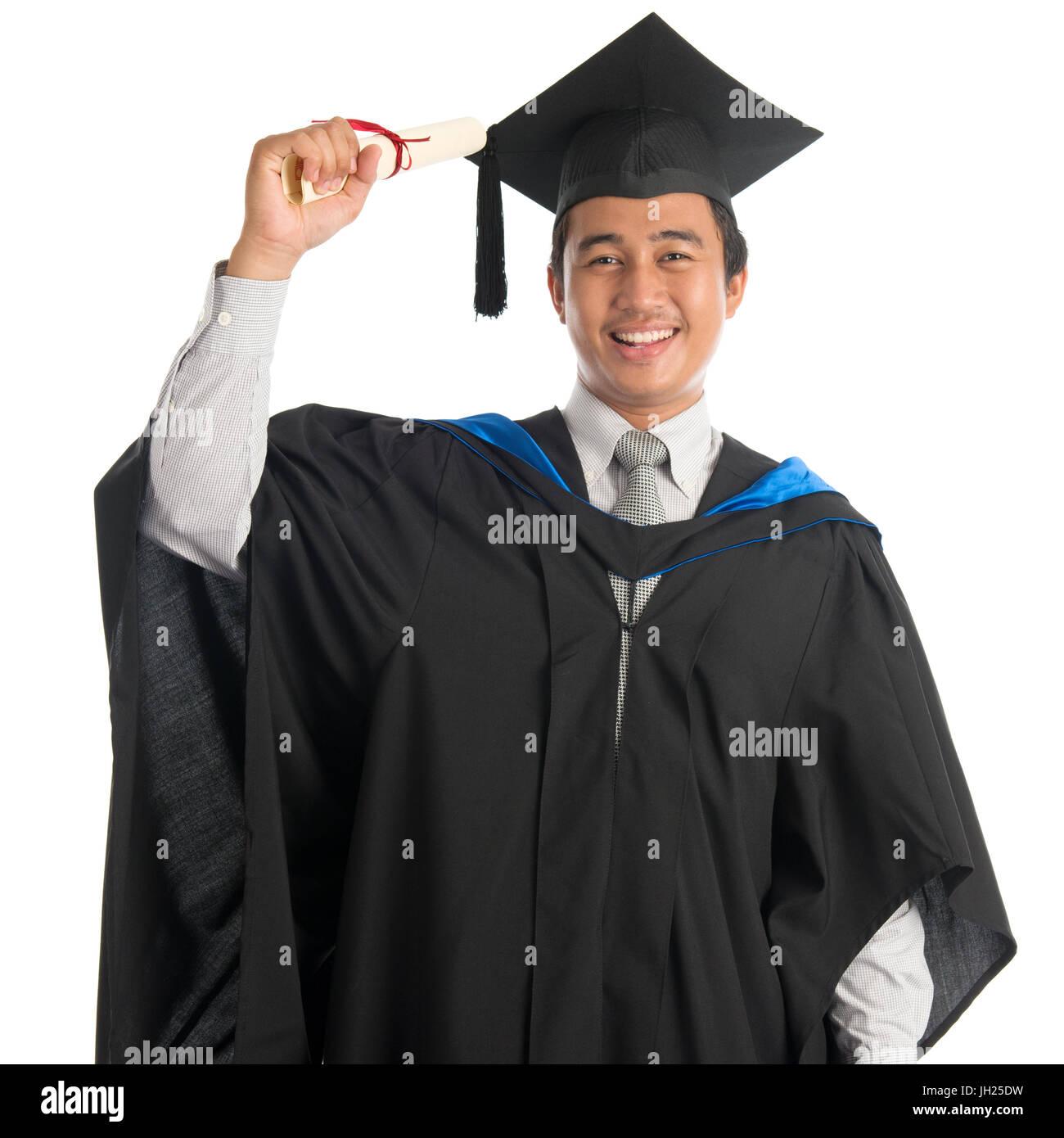 4199350f0 Atractiva estudiante universitario masculino del sudeste asiático en la  graduación bata celebración Imagen De Stock