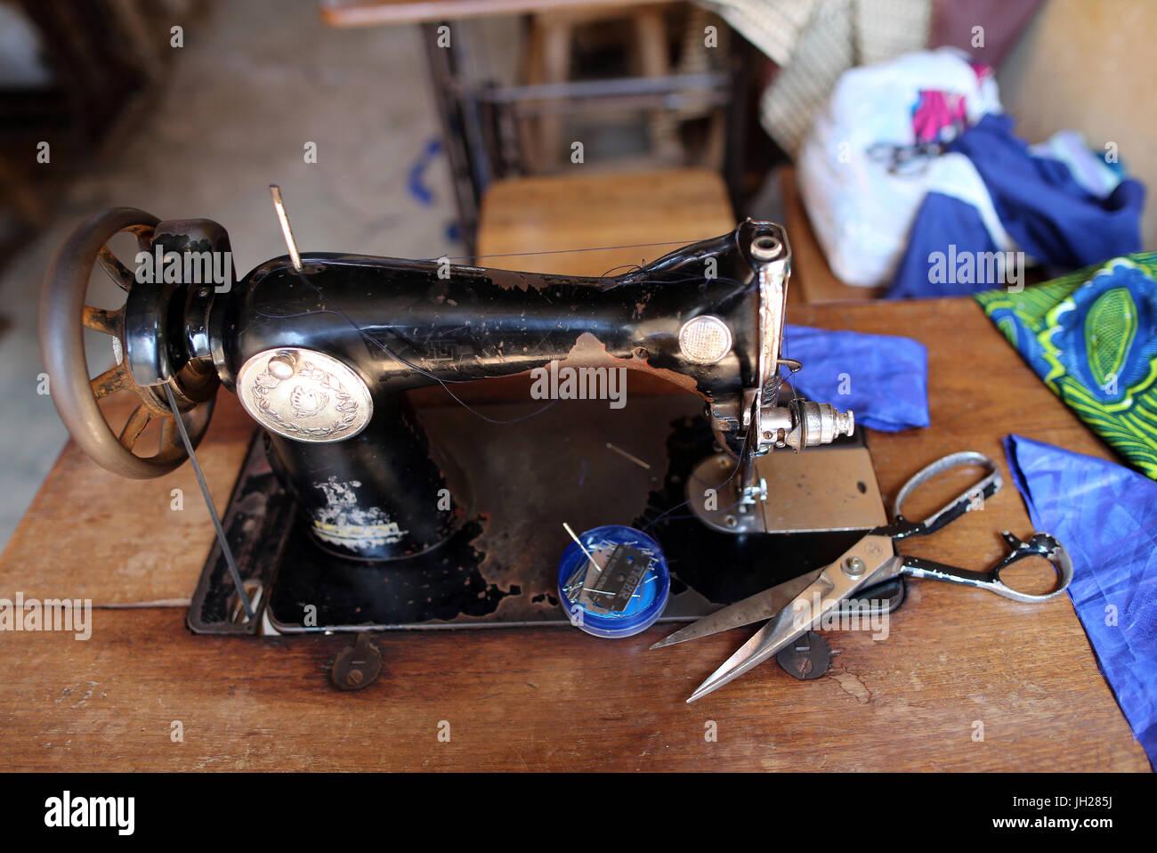 Tayloring taller en África. Máquina de coser. Lome. Togo. Imagen De Stock