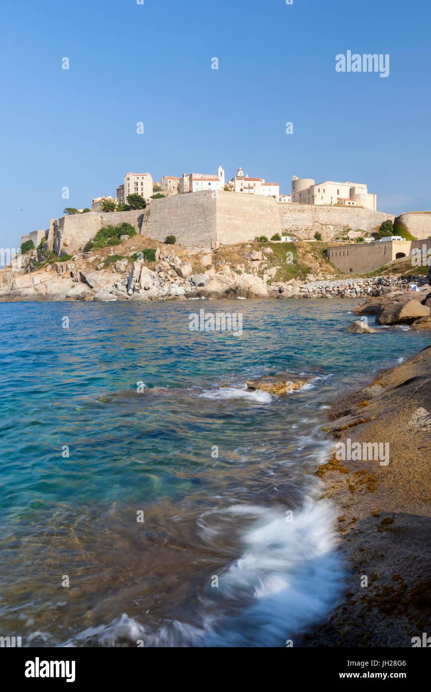 La antigua ciudadela fortificada en el promontorio rodeado por el mar claro, Calvi, Balagne, al noroeste de la región Imagen De Stock