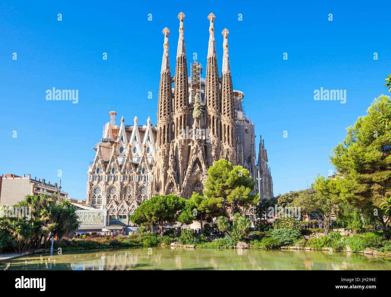 La iglesia de La Sagrada Familia vista frontal, diseñado por Antoni Gaudí, UNESCO, Barcelona, Cataluña Imagen De Stock