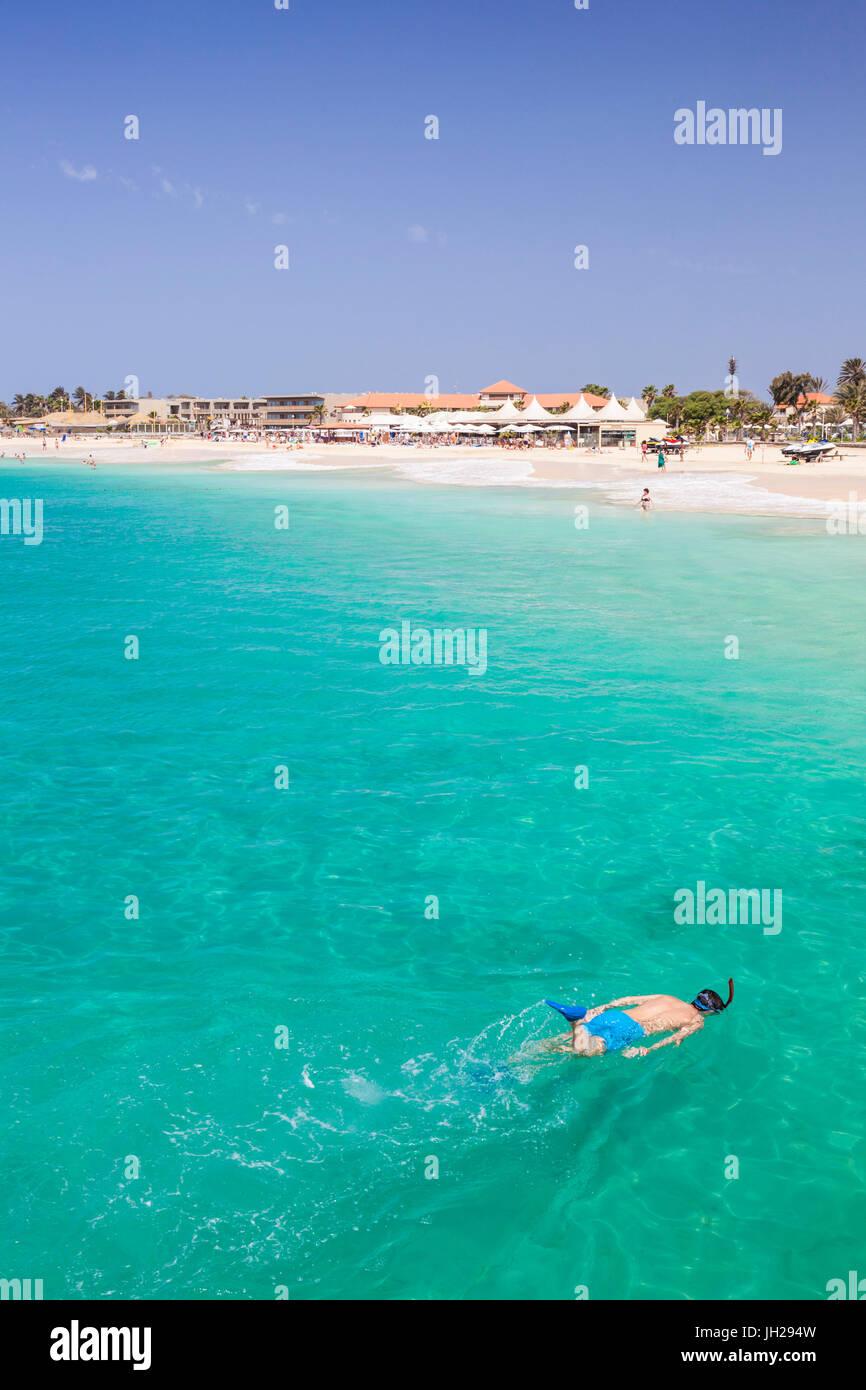 Boy snorkel frente a la playa en Santa Maria, Praia de Santa Maria, el Baia Santa Maria, en la isla de Sal, Cabo Imagen De Stock