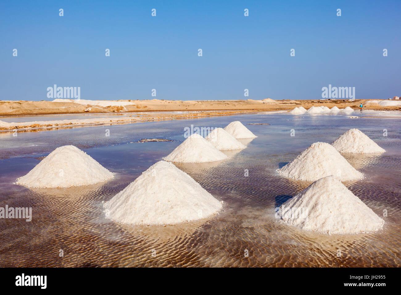 Montones de sal natural recolectados de salinas en Salinas, justo en las afueras de Santa María, en la isla Imagen De Stock
