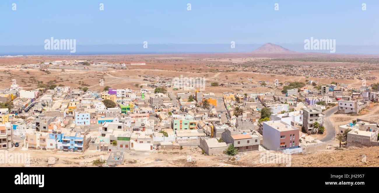 Vistas panorámicas aéreas de Espargos, ciudad capital de la isla de Sal, Cabo Verde, Atlántica, África Foto de stock