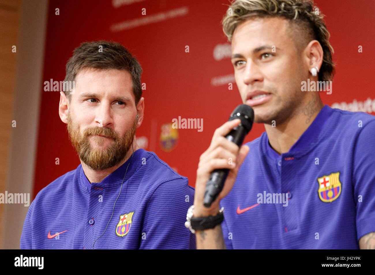 L A R) jugadores del FC Barcelona, Leo Messi y Neymar hablar