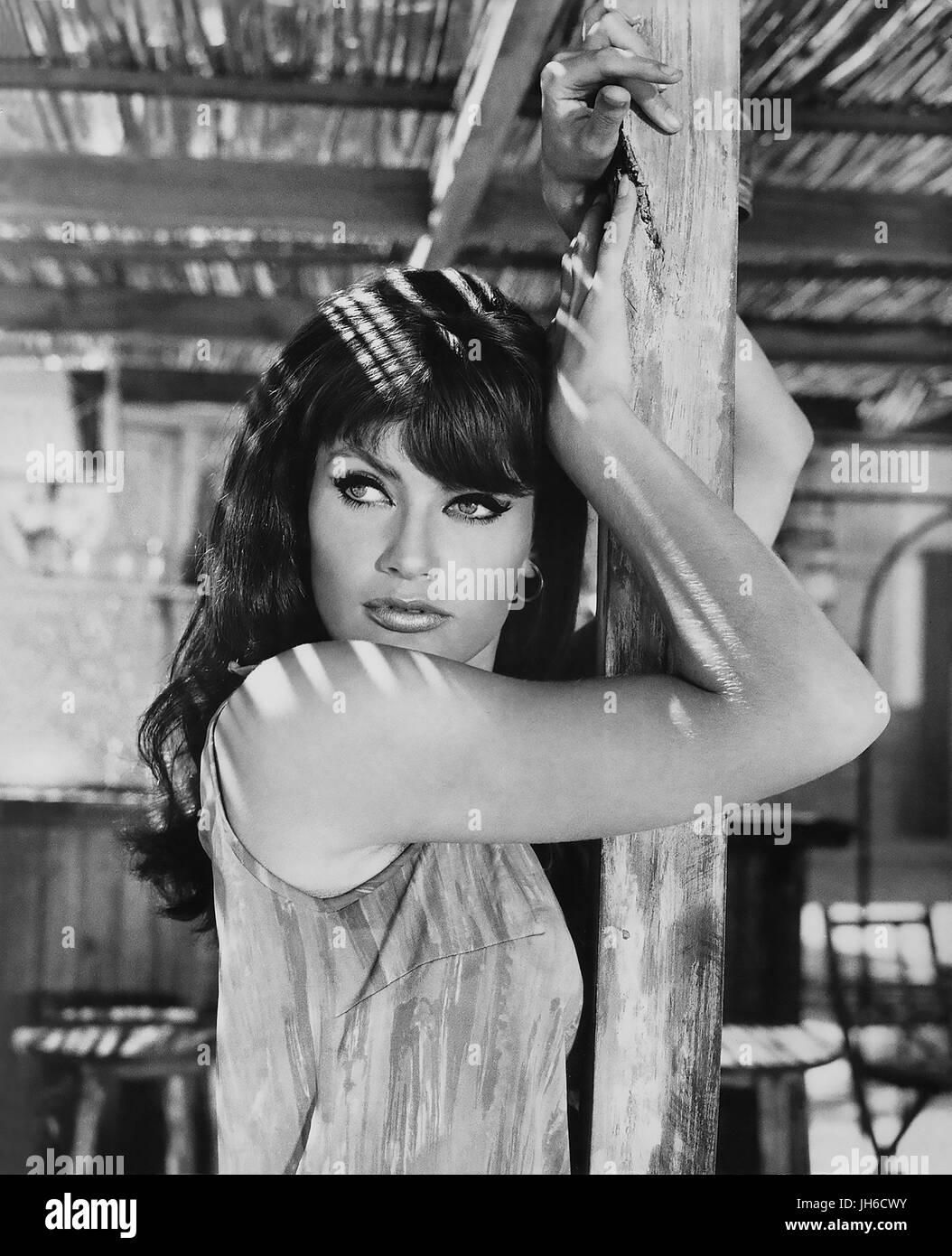 MASQUERADE 1965 United Artists film con Marisa Mell Imagen De Stock