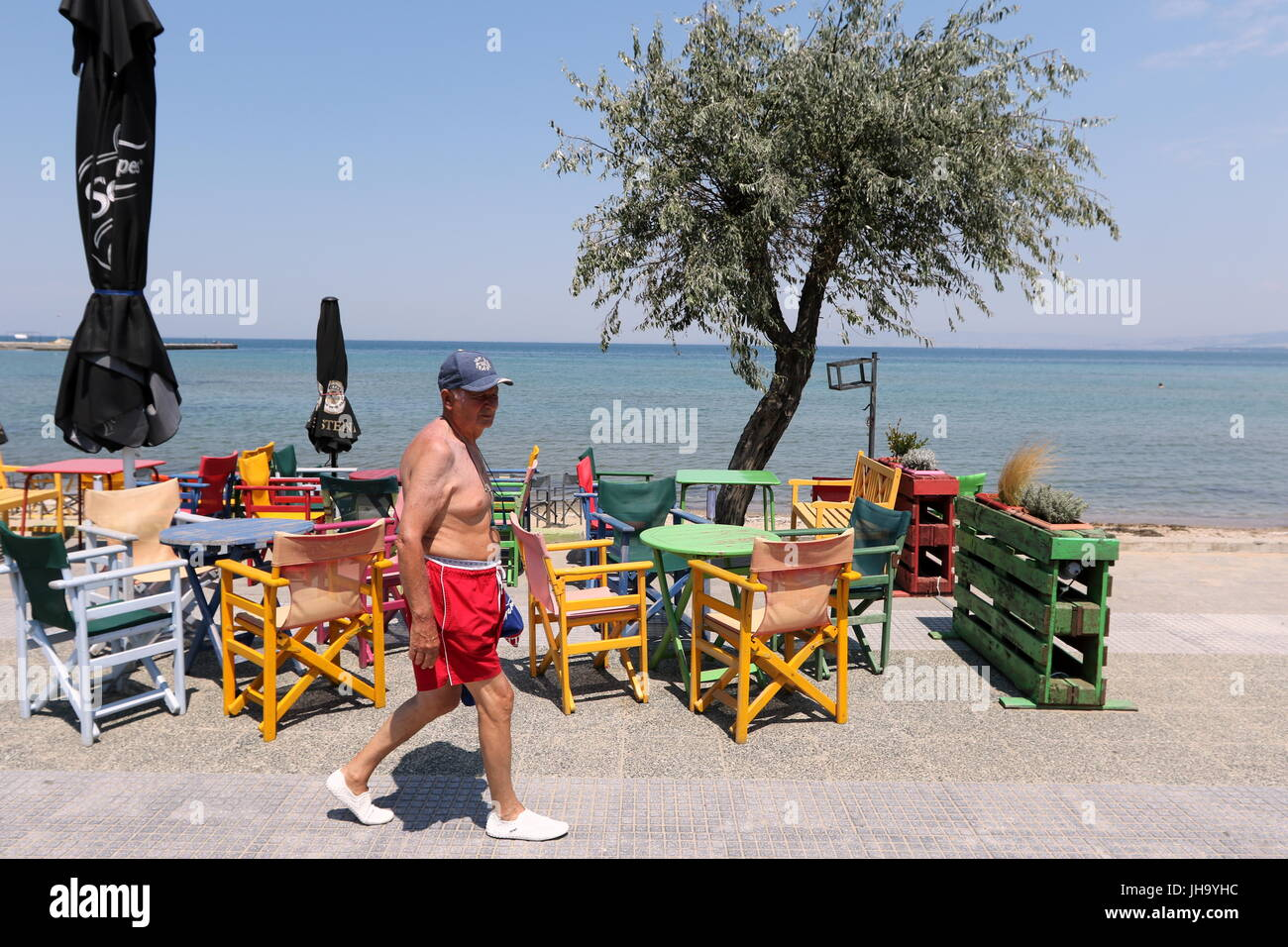 Salonica Grecia 13 Jul 2017 Un Hombre Camina A Neoi Epivates