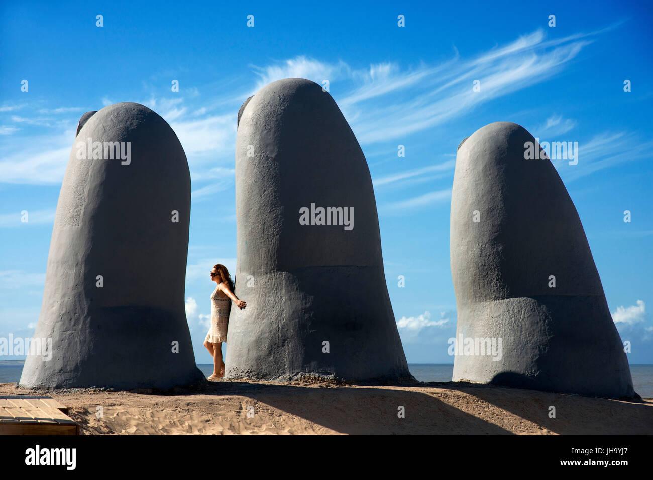 La escultura de la mano de Punta del Este, o mano de Punta del Este en la Parada 4 en las arenas de Playa Brava, Imagen De Stock