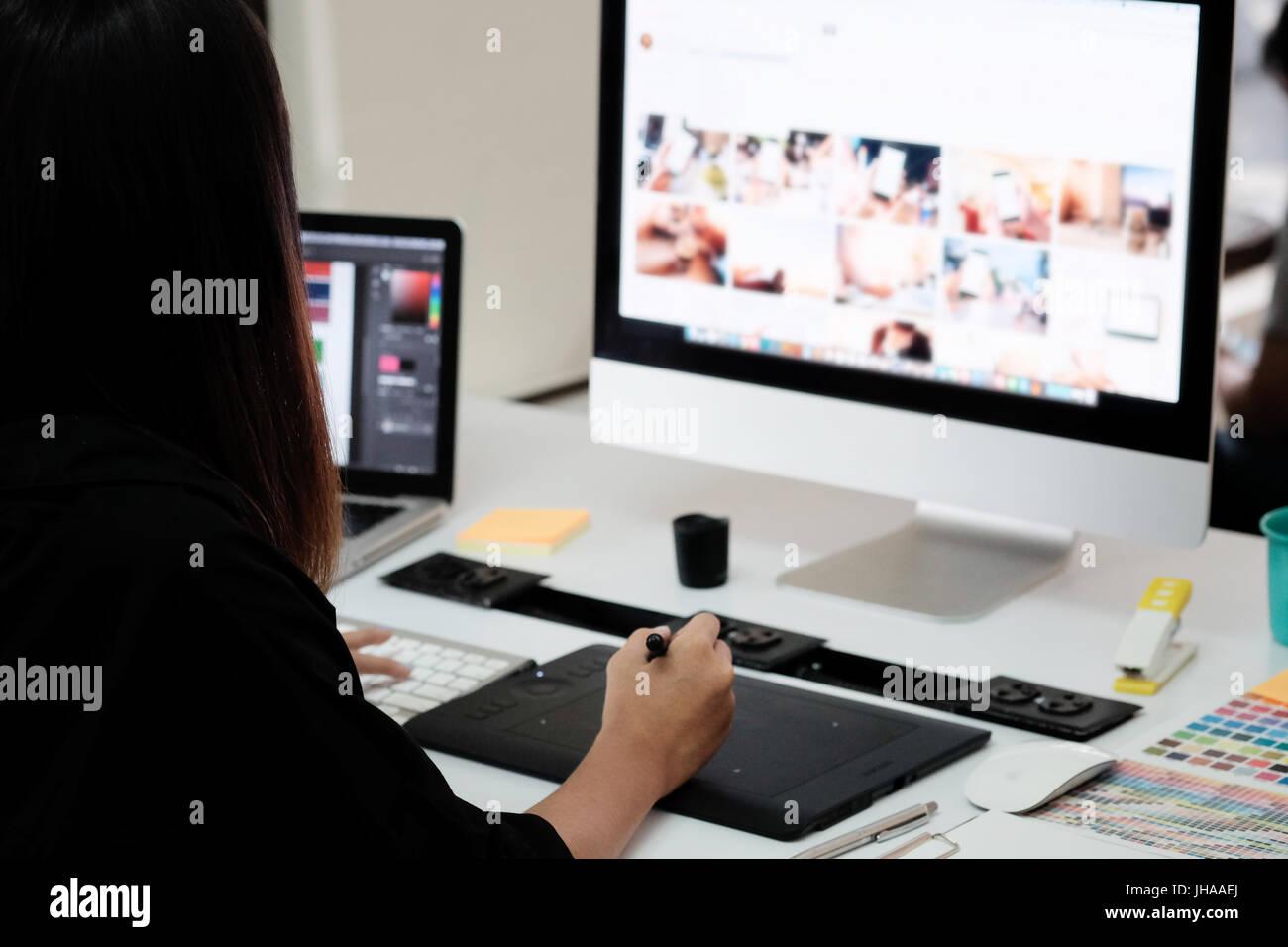 Diseñador gráfico mujer trabajando en la oficina creativa con crear gráficos de ordenador. Foto de stock