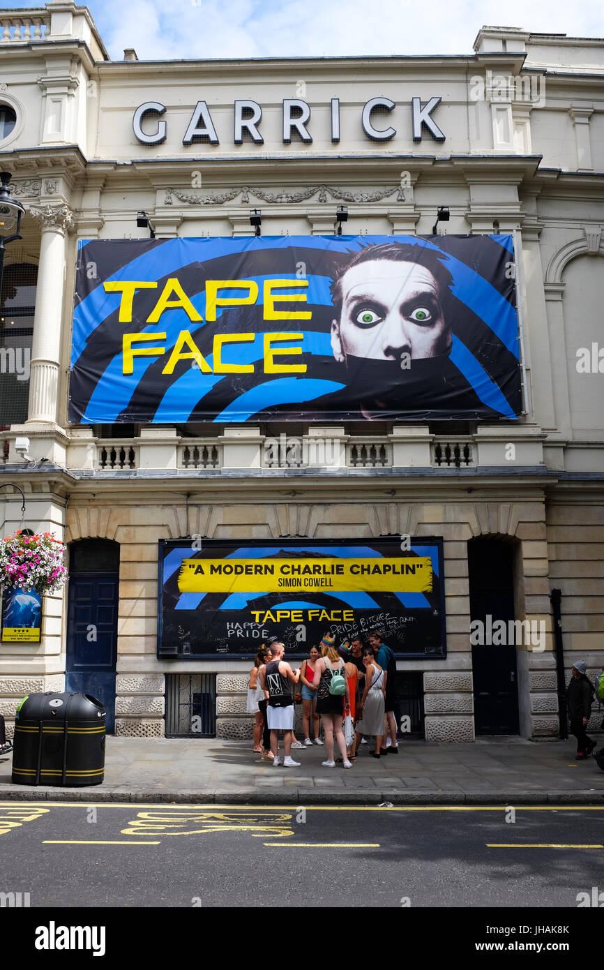Cara de cinta mostrando en Londres Garrick teatro durante el verano de 2017. Imagen De Stock