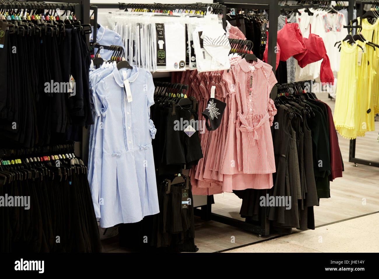 Cheap uniformes escolares para la venta en un supermercado Tesco en el reino unido Imagen De Stock