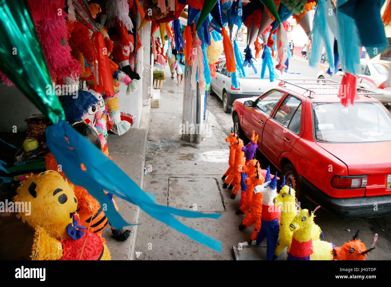 Piñatas mexicanas en una calle de Villahermosa tradiciones, celebraciones, Villahermosa, Tabasco, México Imagen De Stock