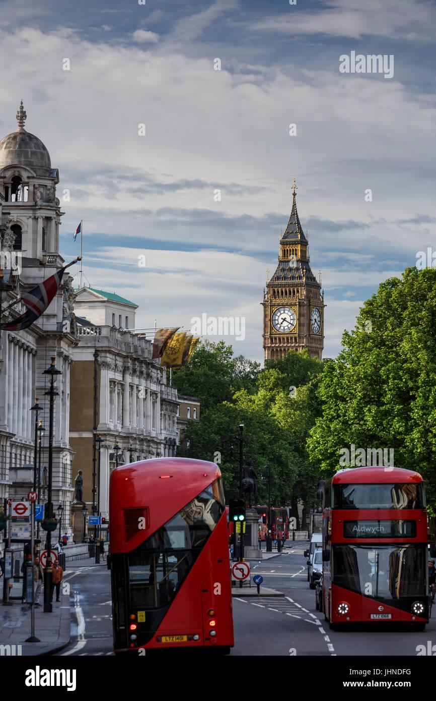 El Big Ben y característicos autobuses rojos de dos pisos en Whitehall Street, London, England, Reino Unido Imagen De Stock