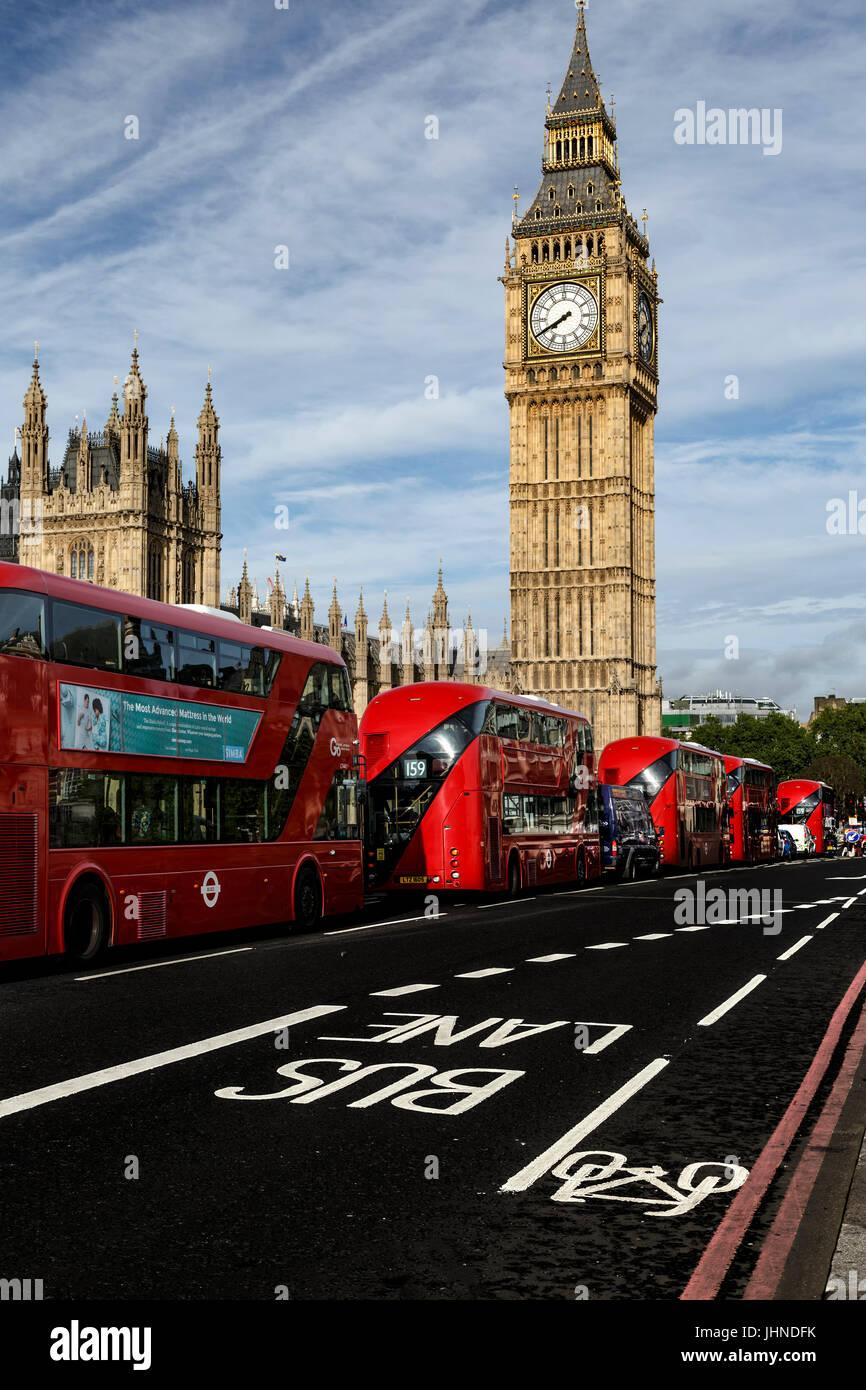 Big Ben y autobuses de dos pisos de color rojo sobre el puente de Westminster, London, England, Reino Unido Imagen De Stock