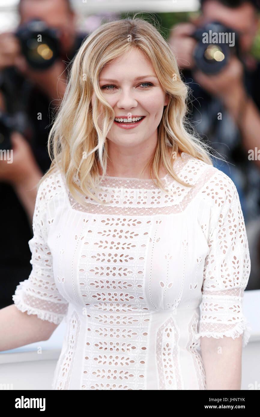 """CANNES, Francia - 24 de mayo: Kirsten Dunst asiste al Photo-call de la película """"engañado"""" durante Imagen De Stock"""