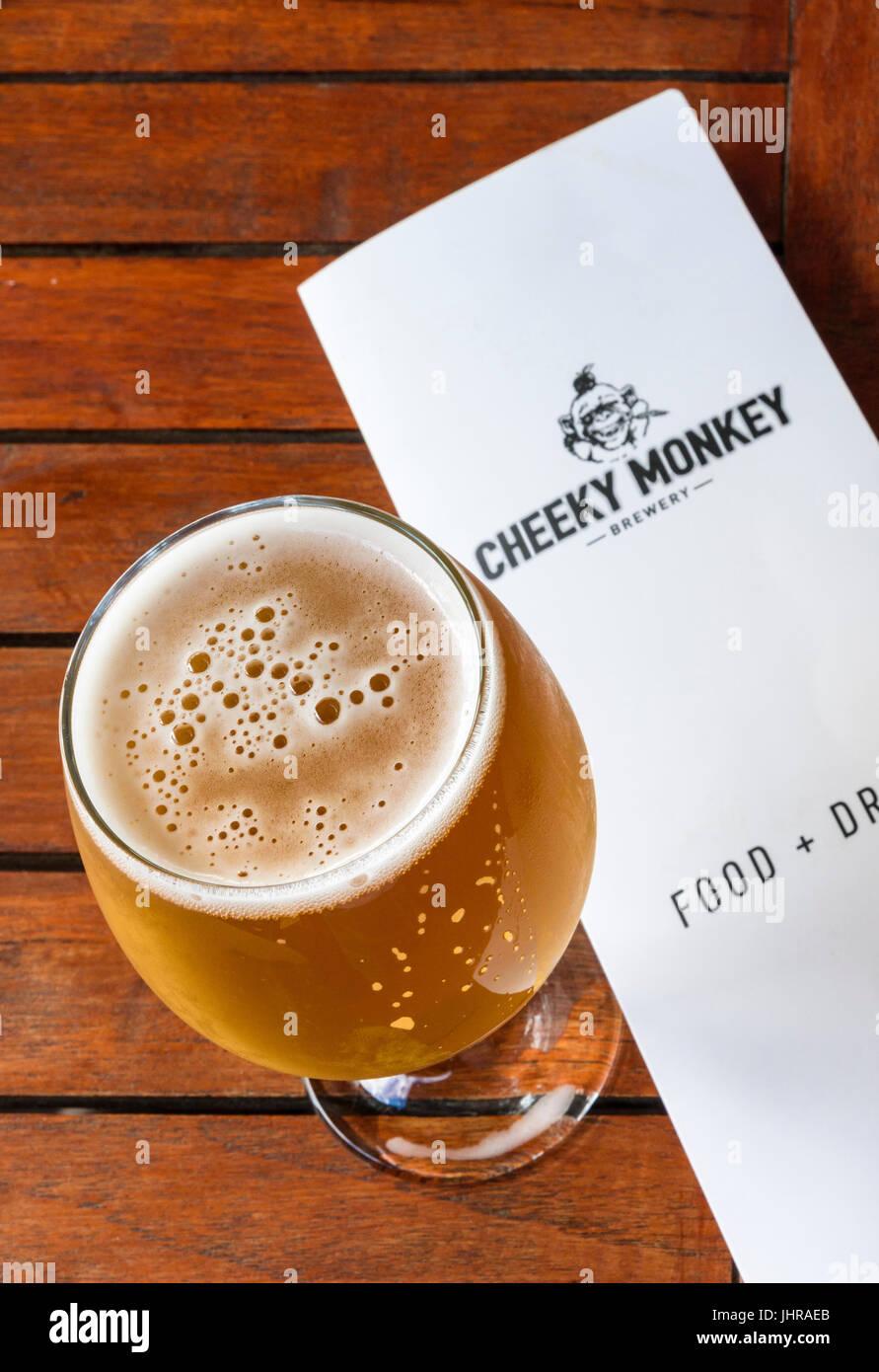 Se centran en un vaso de cerveza ale rubia en la cervecería, Cheeky Monkey Wilyabrup, Australia Occidental Imagen De Stock