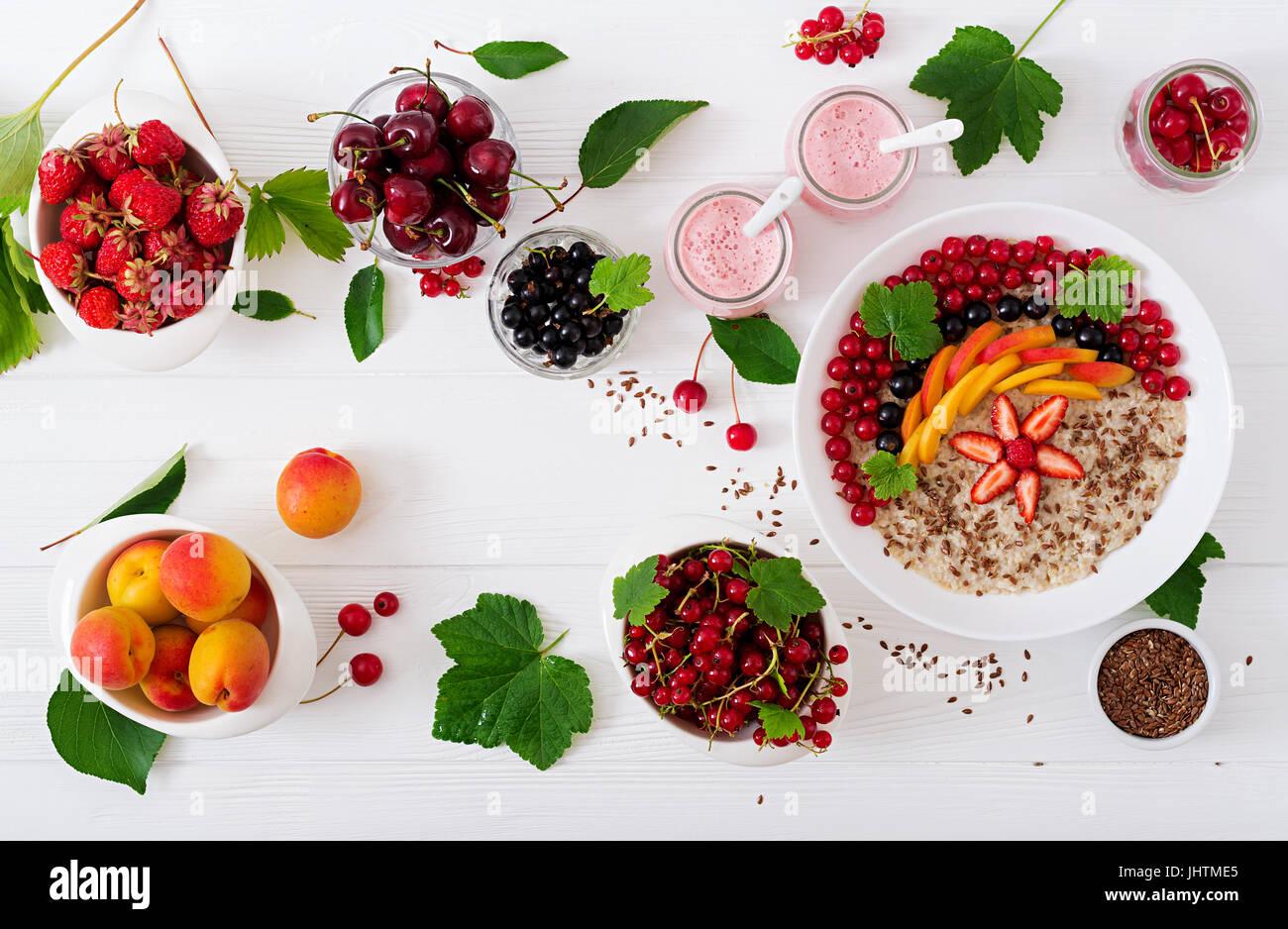 Deliciosas y saludables gachas de avena con Berry, las semillas de lino y batidos. Desayuno saludable. Alimentos Imagen De Stock