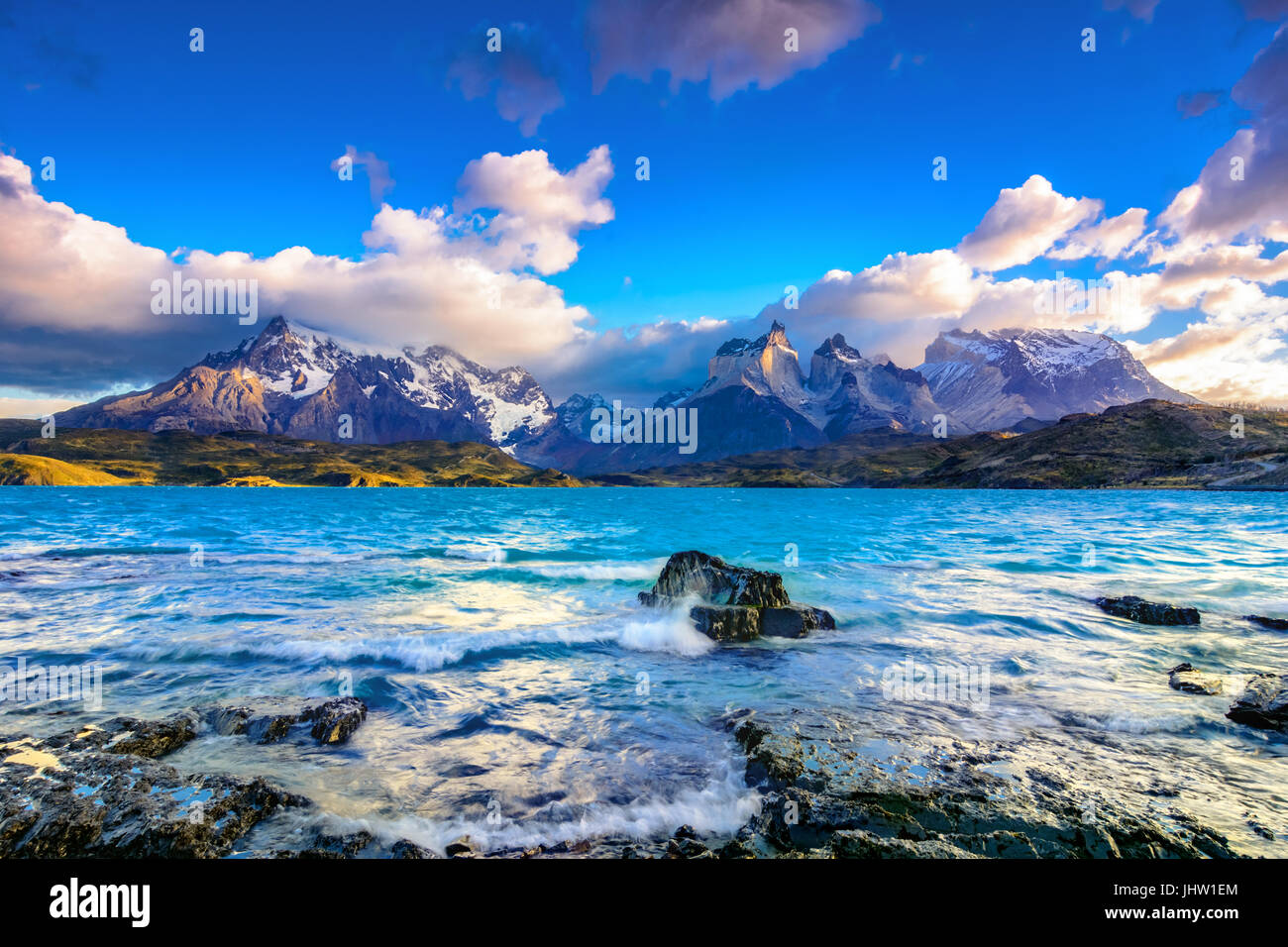 Torres del Paine en el lago Pehoé, Patagonia, Chile - Campo de Hielo Patagónico Sur, región de sudamérica magellanes Foto de stock