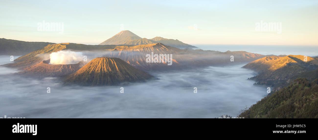 Vista panorámica del Monte Bromo y el Monte Semeru volcanes de Java Oriental en Indonesia. Imagen De Stock