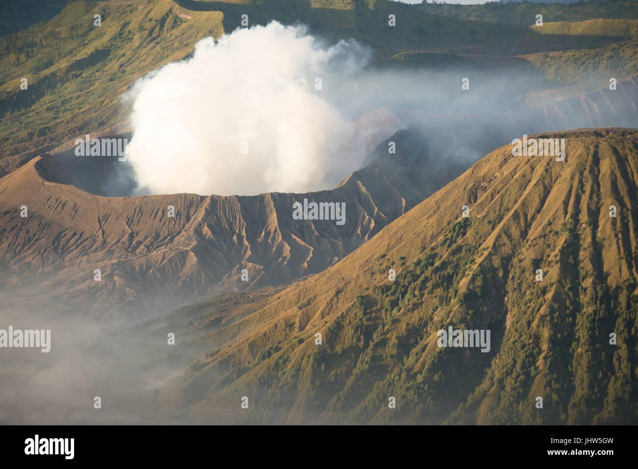 Vista panorámica del volcán activo, el Monte Bromo al amanecer en Java Oriental de Indonesia. Imagen De Stock