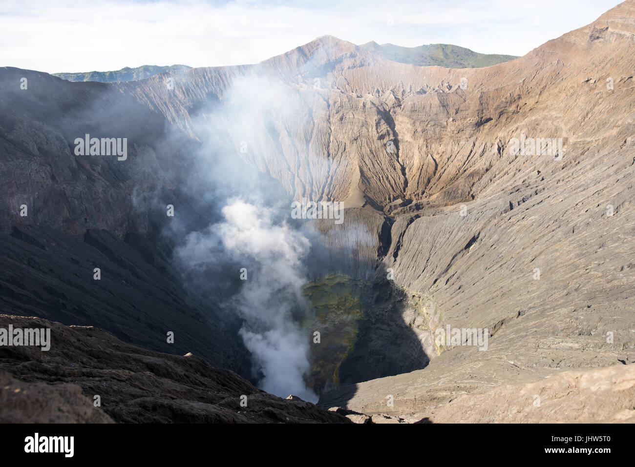 Cráter del volcán activo, el Monte Bromo con emisiones de azufre continua, Java Oriental, Indonesia. Imagen De Stock