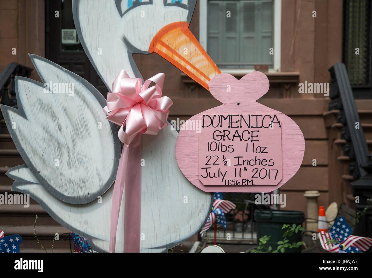 Anuncio de nacimiento en frente de un Brooklyn brownstone Imagen De Stock