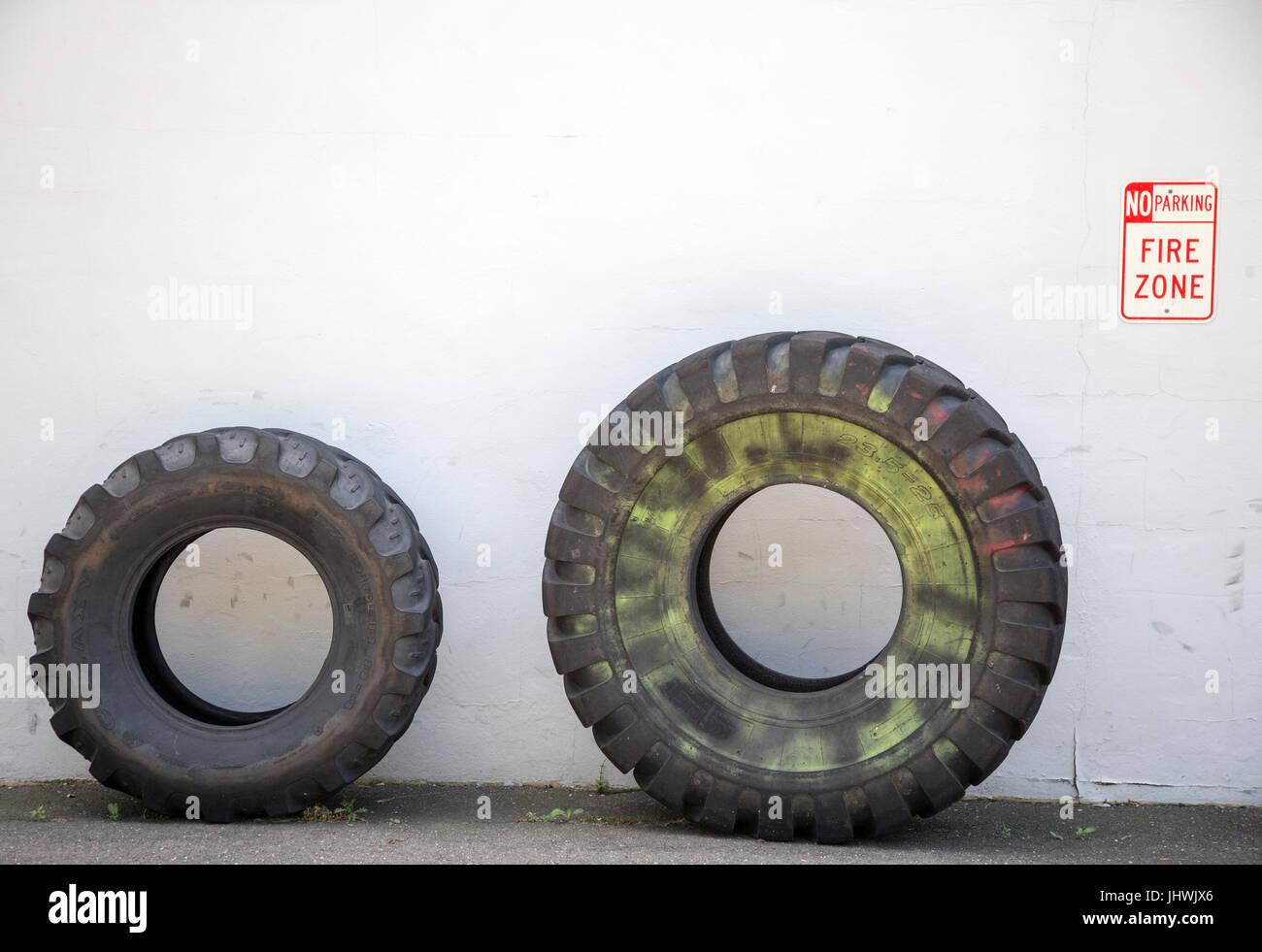 Neumáticos en frente de un centro de fitness Crossfit en New Jersey Imagen De Stock
