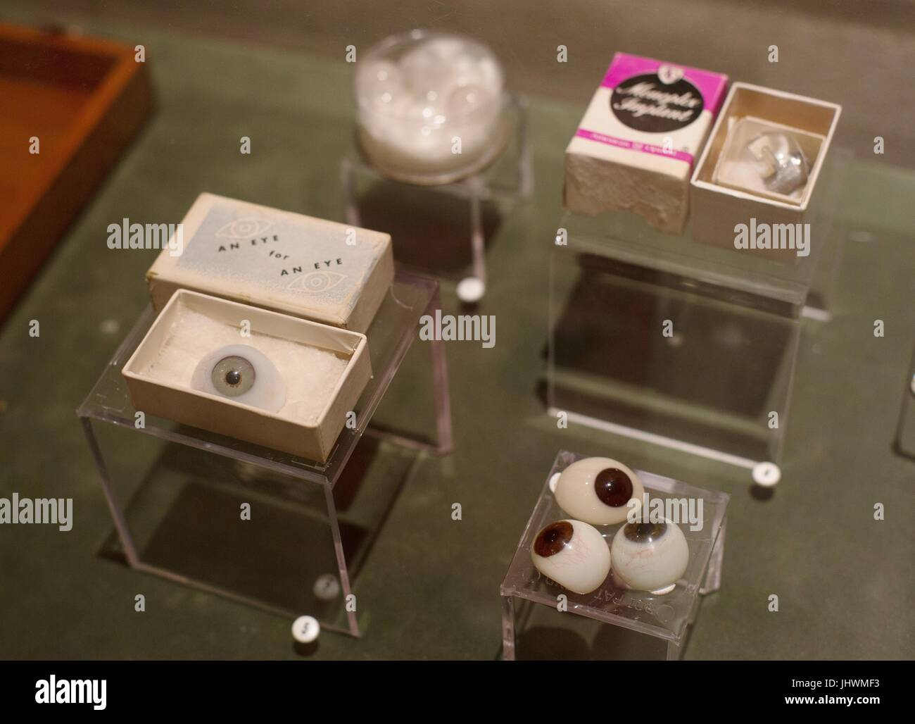 Una pantalla de prótesis de ojos en el Museo Internacional de Ciencias Quirúrgicas en Chicago, Illinois, Imagen De Stock