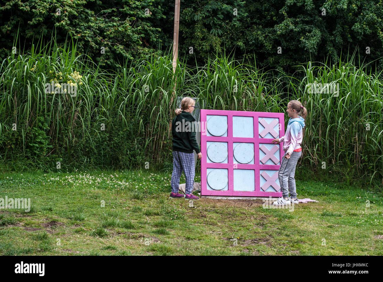 Niños jugando un juego de mesa de tamaño grande jardín, x\'s ...