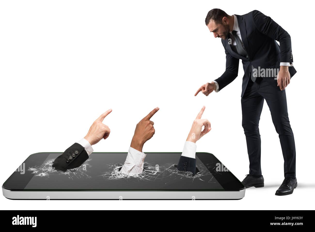El hombre enojado víctima de acoso cibernético con personas que indican que él Imagen De Stock