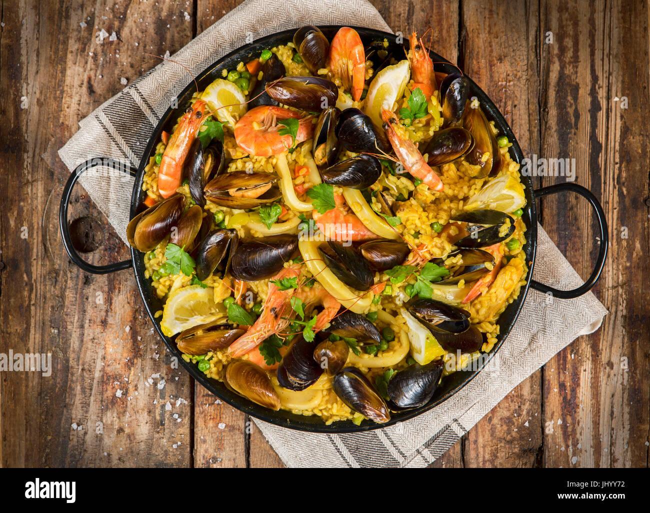 La tradicional paella Española rústica Foto de stock