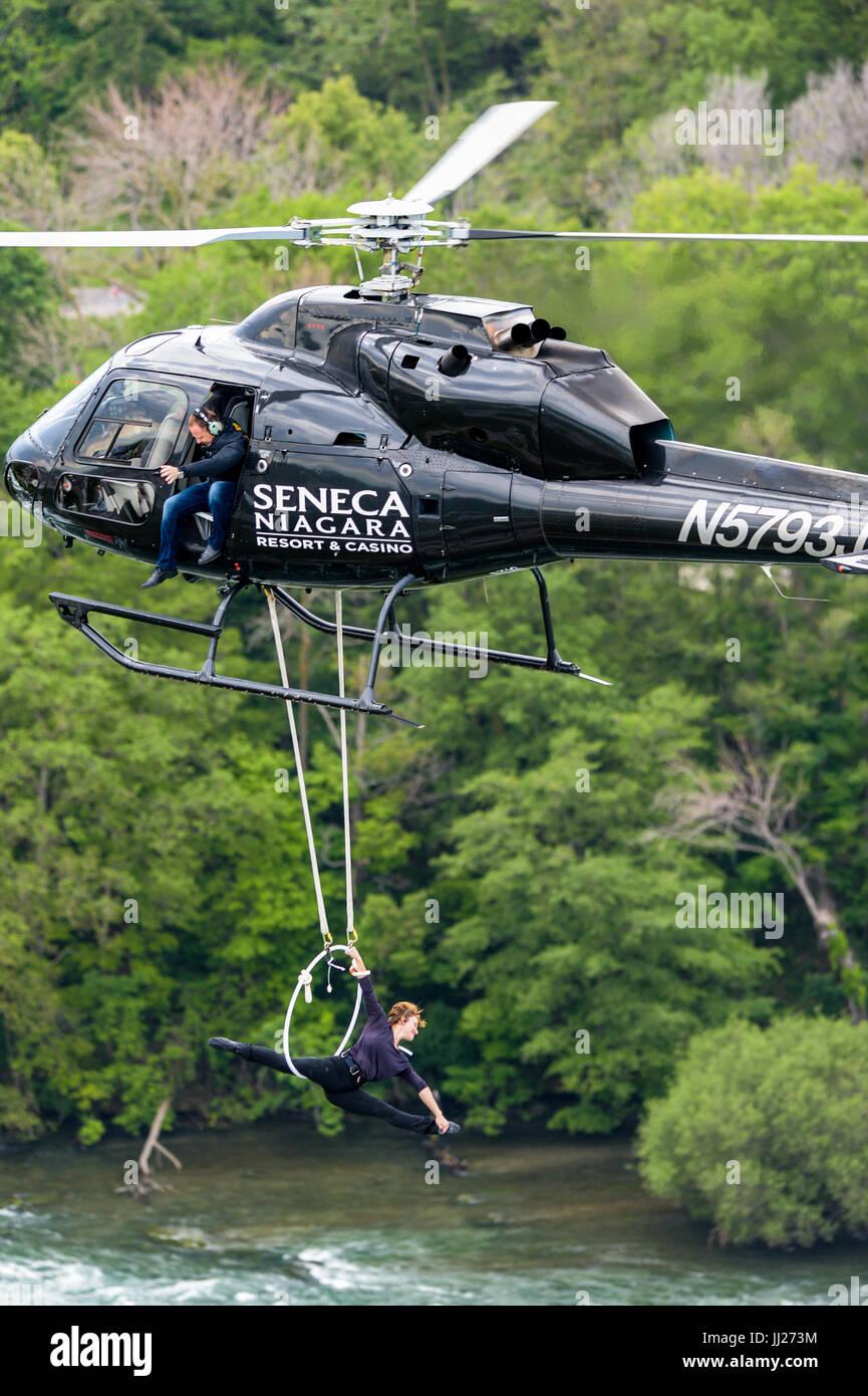 Erendira Wallenda realiza acrobacias en un helicóptero mientras su marido Nik Wallenda relojes. Imagen De Stock