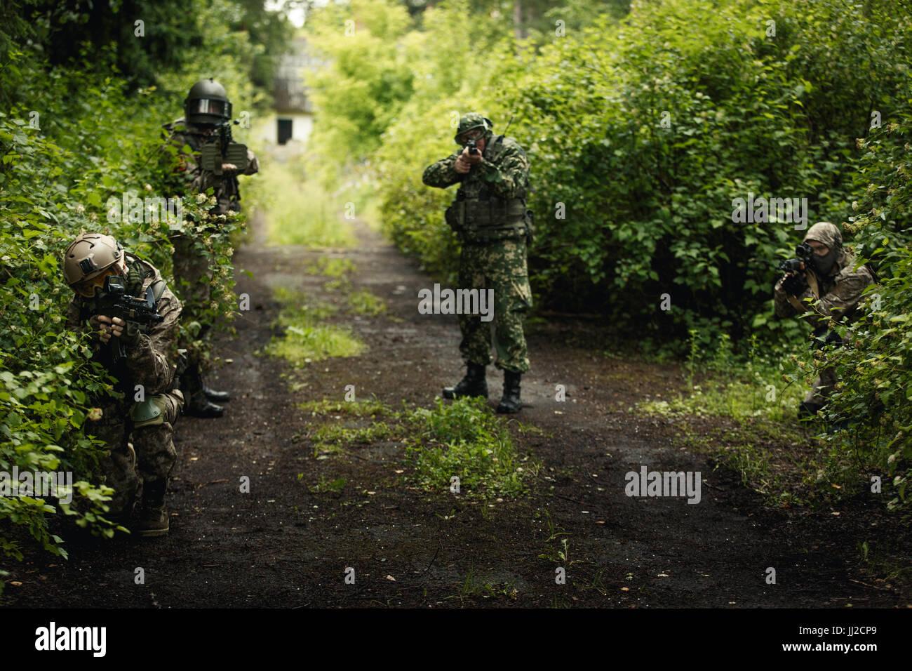 Foto de soldados en los bosques Imagen De Stock