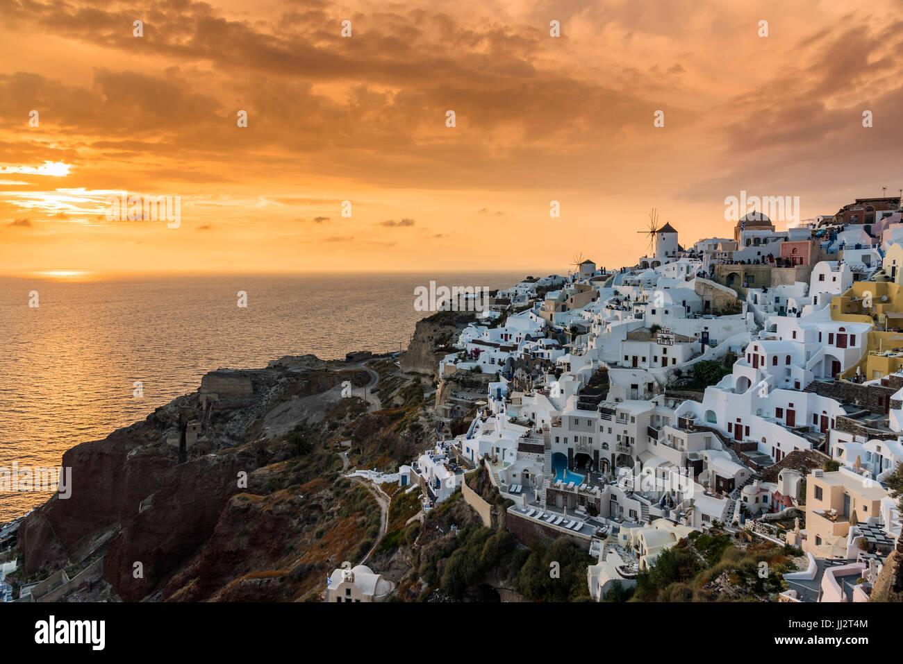 Vista de la puesta de sol de Oia, Santorini, Sur del Egeo, Grecia Imagen De Stock