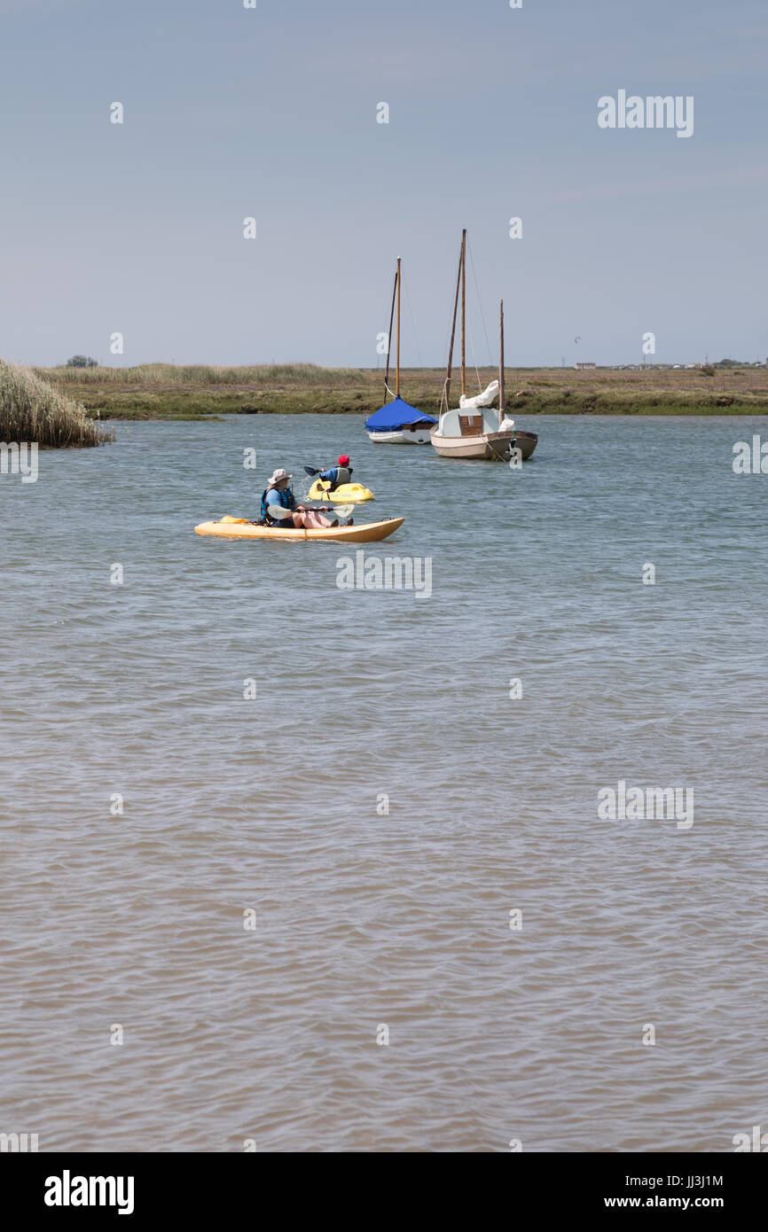 Brancaster, Norfolk, Reino Unido. El 18 de julio, 2017. El clima del REINO UNIDO: hechizos soleados en la costa de Norfolk. Los niños toman clases de kayak en clima cálido en el puerto de crédito: WansfordPhoto/Alamy Live News Foto de stock