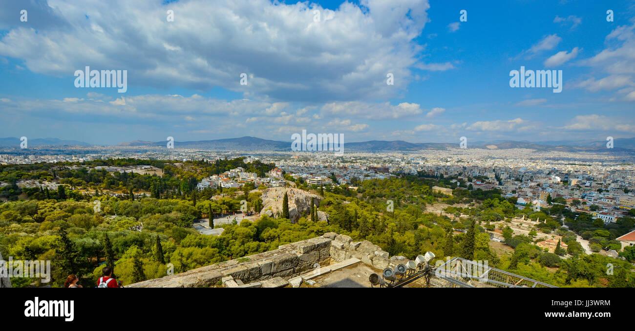 Vista de la ciudad de Atenas, Grecia, desde la colina de la Acrópolis, en un día caluroso de verano Imagen De Stock
