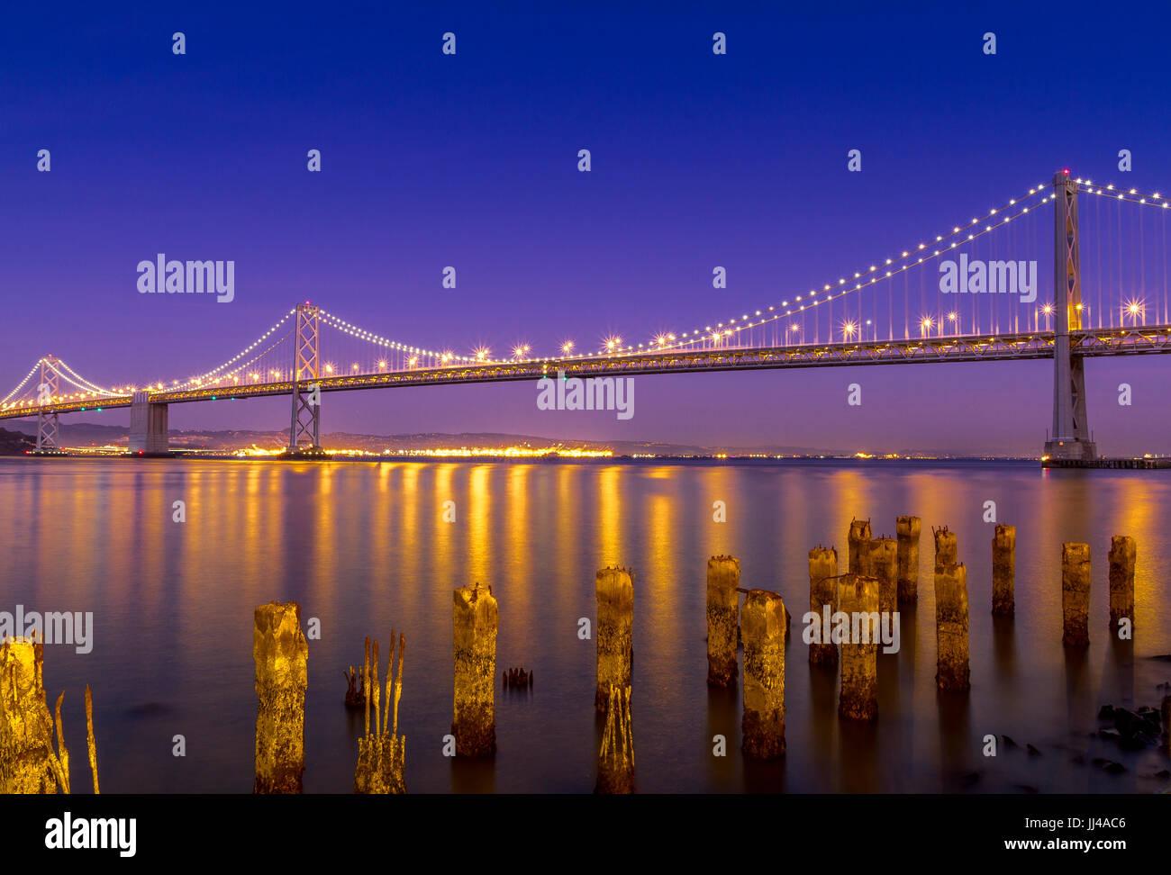 El puente de la bahía de Oakland por la noche. El puente conecta Oakland con San Francisco, San Francisco, California, Estados Unidos Foto de stock