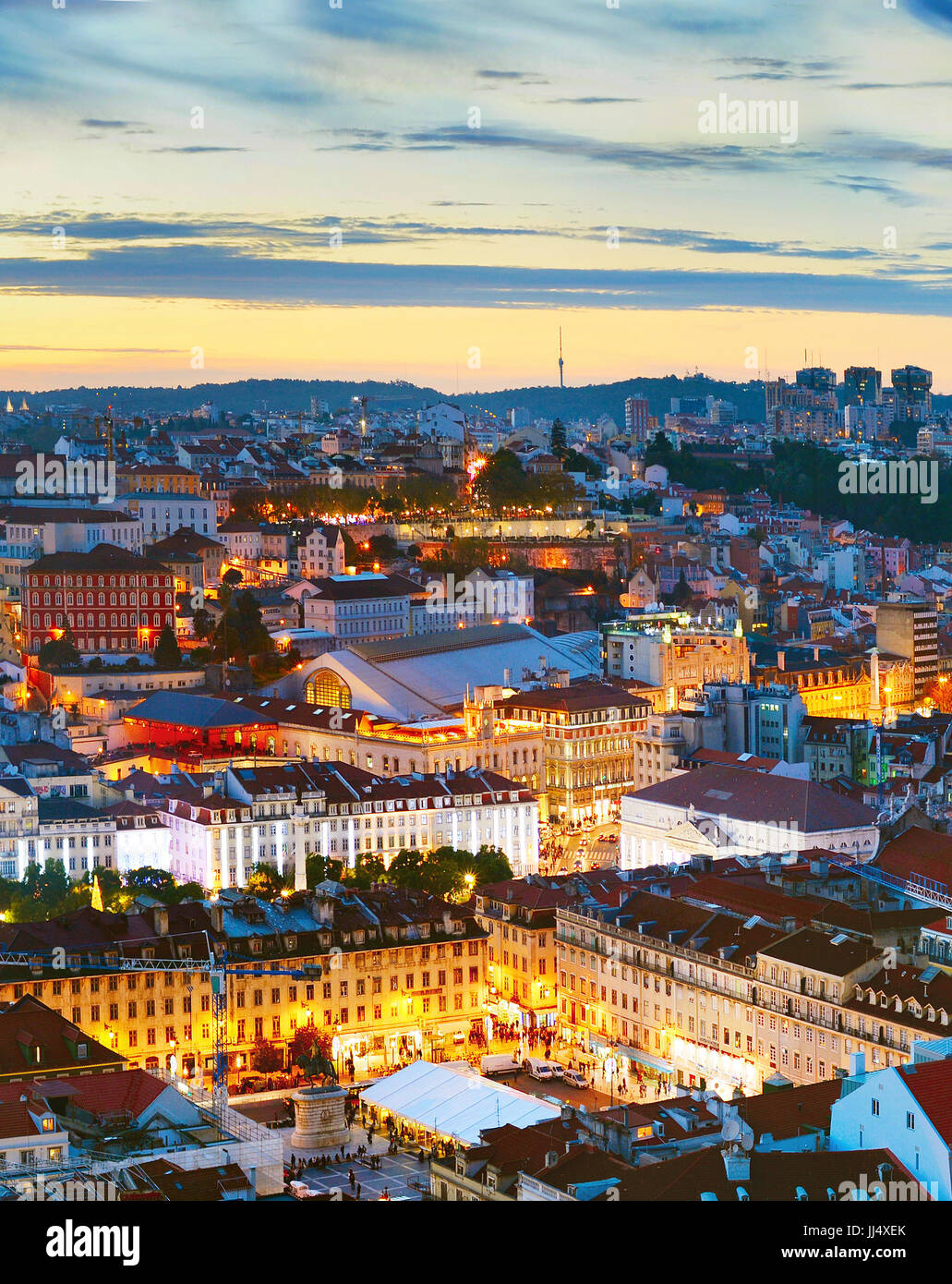 Vista aérea del centro de la ciudad de Lisboa en el hermoso atardecer. Portugal Foto de stock