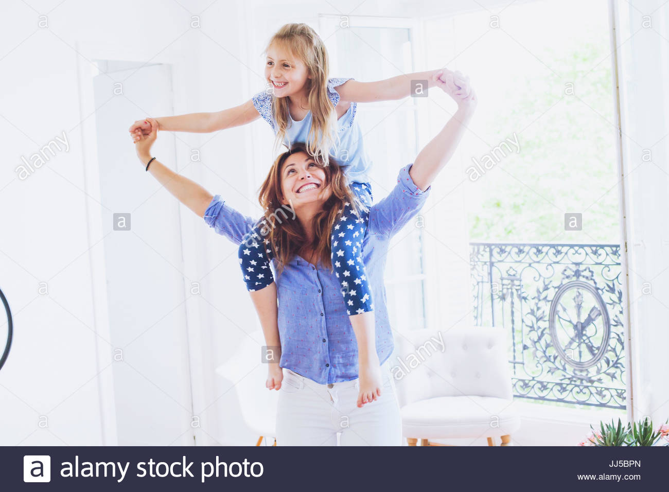 Madre e hija divirtiéndonos juntos en casa, sonriente retrato de familia caucásica Imagen De Stock